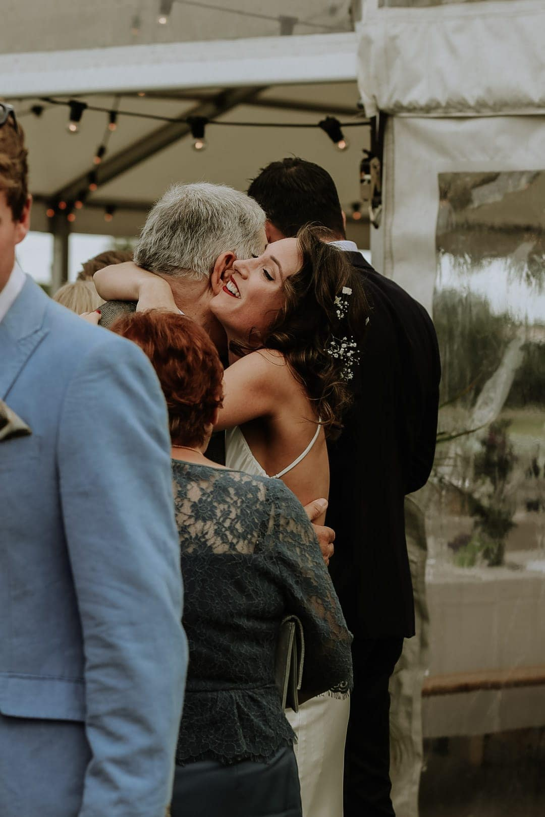 bride-hugs-guests-artstic-wedding-photography